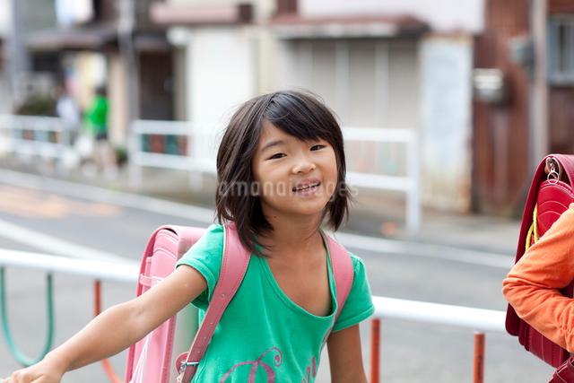登校する女の子の写真素材 [FYI01598557]