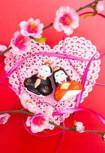 雛人形と桃の花,リボンの写真素材 [FYI01598671]