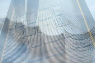 ビジネスマンの足元、パソコン、硬貨の合成の写真素材 [FYI01598693]