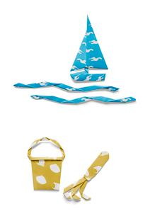 ヨットと波と潮干狩りの熊手とバケツの折り紙の写真素材 [FYI01598766]