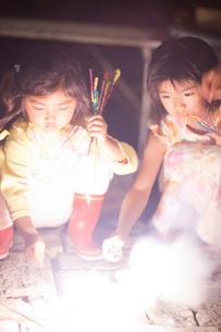 花火で遊ぶ子供たちの写真素材 [FYI01598826]