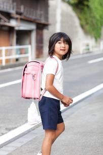 ランドセルを背負った女の子の写真素材 [FYI01598971]