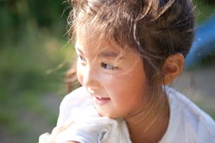 公園で遊ぶ女の子の横顔の写真素材 [FYI01598977]