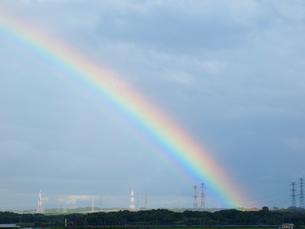 虹と送電線の写真素材 [FYI01599019]