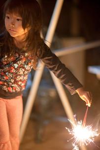 花火で遊ぶ女の子の写真素材 [FYI01599041]