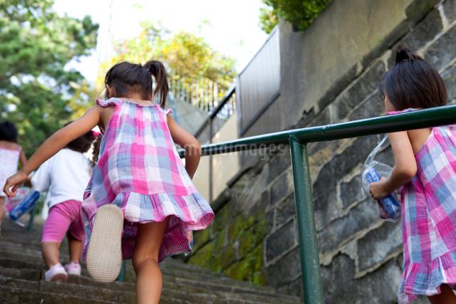 階段を駆け上る子供達の写真素材 [FYI01599068]