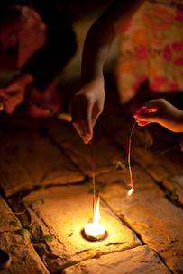 花火をする子どもの手元の写真素材 [FYI01599184]