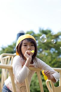 シャボン玉をする女の子の写真素材 [FYI01599227]