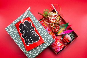 凧と箱に入った水引の鶴,独楽,羽根,獅子舞のフィギュア,万華鏡の写真素材 [FYI01599230]