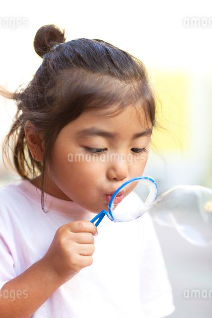 シャボン玉をする子供の写真素材 [FYI01599231]