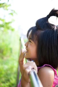鉄棒で遊ぶ女の子の写真素材 [FYI01599249]