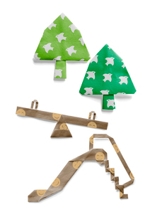 鳥の模様とスマイルマークが付いた木とシーソーと滑り台の折り紙の写真素材 [FYI01599321]