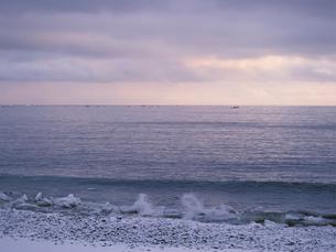 朝の海と漁船の写真素材 [FYI01599378]