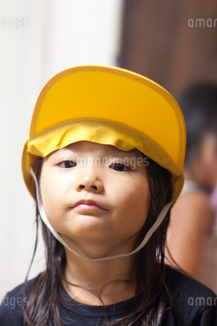 黄色い帽子を被る小学一年生の女の子の写真素材 [FYI01599416]