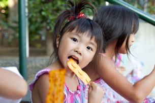 お菓子を食べる女の子の写真素材 [FYI01599482]