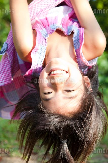 鉄棒で遊ぶ女の子の写真素材 [FYI01599631]