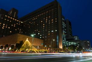 日比谷通りの車の光跡とイルミネーションの写真素材 [FYI01599767]