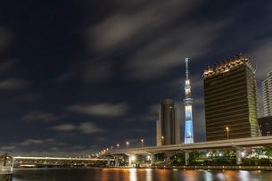 スカイツリータワーと高層ビル群と隅田川,夜景の写真素材 [FYI01599822]