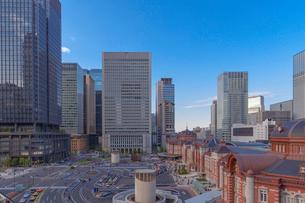 東京駅と丸の内ビル群の写真素材 [FYI01599847]