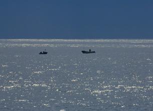光る日本海に浮かぶ漁船の写真素材 [FYI01599872]