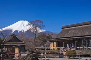 忍野八海の家と富士山の写真素材 [FYI01599921]