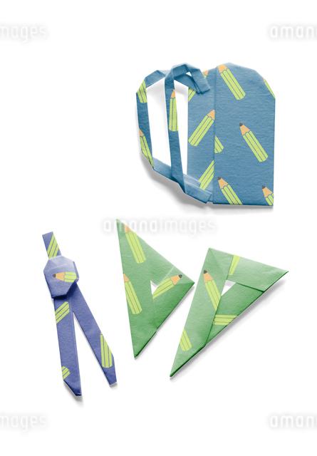 鉛筆の模様が付いたランドセルとコンパスと三角定規の折り紙の写真素材 [FYI01599935]