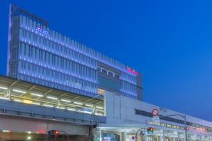 吉祥寺駅北口の夜景の写真素材 [FYI01600093]