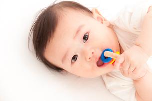 おしゃぶりをする赤ちゃんの写真素材 [FYI01600166]