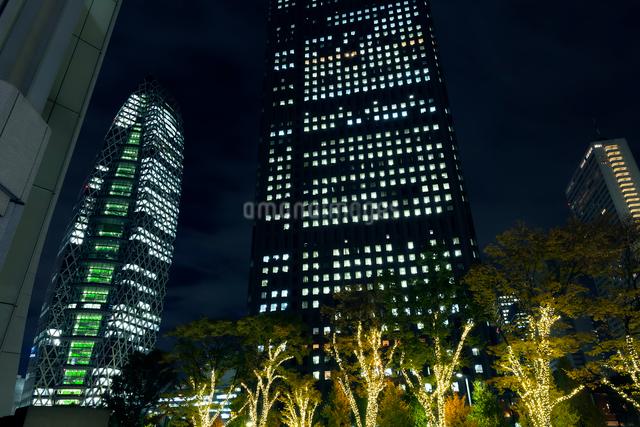 高層ビル群とイルミネーション,新宿の写真素材 [FYI01600237]