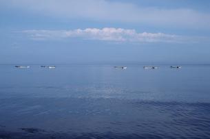 海と空とウニ漁の船の写真素材 [FYI01600295]