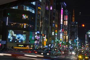 六本木交差点のネオン街と車夜景の写真素材 [FYI01600389]
