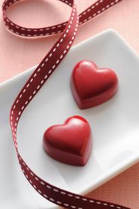 リボンとハート型のチョコレートの写真素材 [FYI01600418]