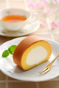ロールケーキと紅茶の写真素材 [FYI01600481]