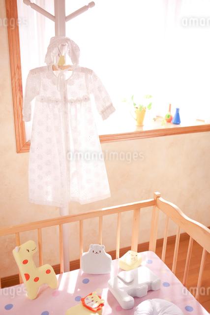 ハンガーにかけたベビー服の写真素材 [FYI01600520]