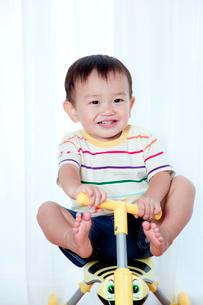 三輪車に乗って遊ぶ赤ちゃんの写真素材 [FYI01600587]