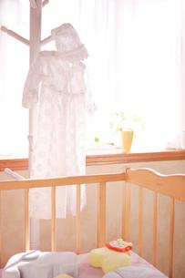 ハンガーにかけたベビー服の写真素材 [FYI01600716]