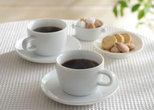 湯気のたつコーヒーとクッキーの写真素材 [FYI01600832]