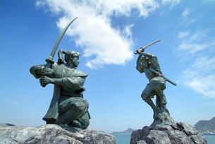 巌流島 武蔵と小次郎の像の写真素材 [FYI01600853]