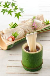 竹の器に盛ったそうめんの写真素材 [FYI01600884]