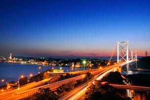 めかり公園より望む関門橋の夜景の写真素材 [FYI01600889]