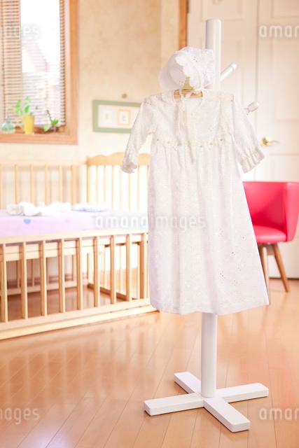 ベッドの前にあるハンガーにかけたベビー服の写真素材 [FYI01600960]