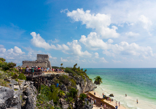 トゥルム遺跡とカリブ海の写真素材 [FYI01600997]