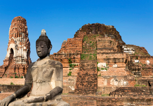 ワット・マハータートの主塔と仏像の写真素材 [FYI01601043]