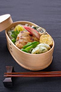 鶏の塩麹焼き弁当の写真素材 [FYI01601064]