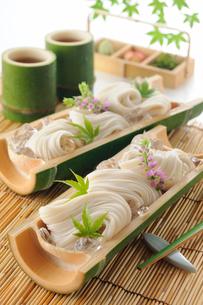 竹の器に盛ったそうめんの写真素材 [FYI01601086]