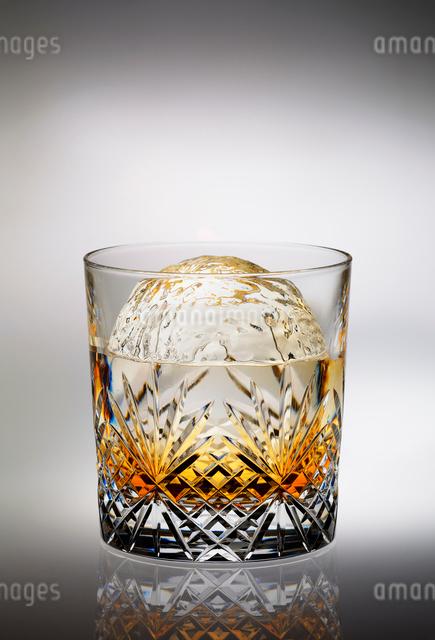 丸い氷の入ったウイスキーの写真素材 [FYI01601212]