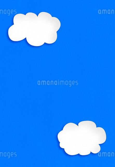 青い紙に白い雲の写真素材 [FYI01601254]