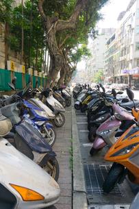 台北の街に並ぶスクーターの写真素材 [FYI01601322]