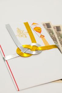 寿の祝儀袋と壱万円札の写真素材 [FYI01601330]
