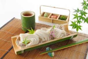 竹の器に盛ったそうめんの写真素材 [FYI01601359]
